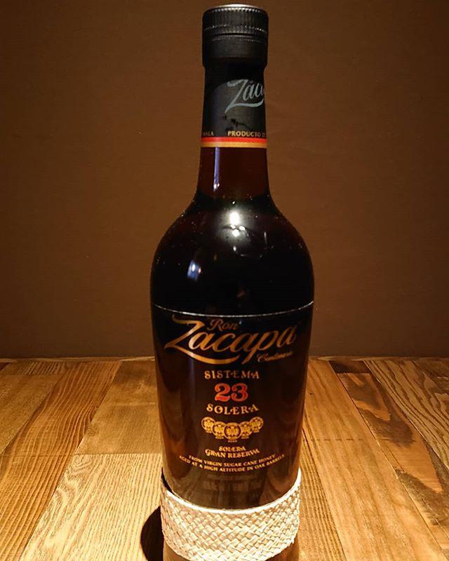 『ロン サカパ センテナリオ23』ラムです。最も美味しいラムとして有名な一本。ラムの中では高級な価格ですが、他のウイスキー等と比べたらめちゃくちゃリーズナブル!この味で!更にこだわりの製法なのでそれを聞くと更にリーズナブル書いてるととてつもなく長くなるので割愛。気になる人はググって下さい!もしくは飲みに来てくれたら話します!まっちょるよ。#ロンサカパ  #サカパ #萩原バー #萩原居酒屋 #珍しいお酒