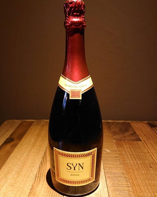SYNルージュ。赤のスパークリングワイン。最近では赤のスパークリングワインはちょいちょい見ますが微発泡の物が多いです。が、これはしっかり発泡スパークリング。凄く美味しい️ #赤ワインスパークリング #スパークリングワイン赤 #SYN #ネコンテ #萩原バー  #萩原女子会