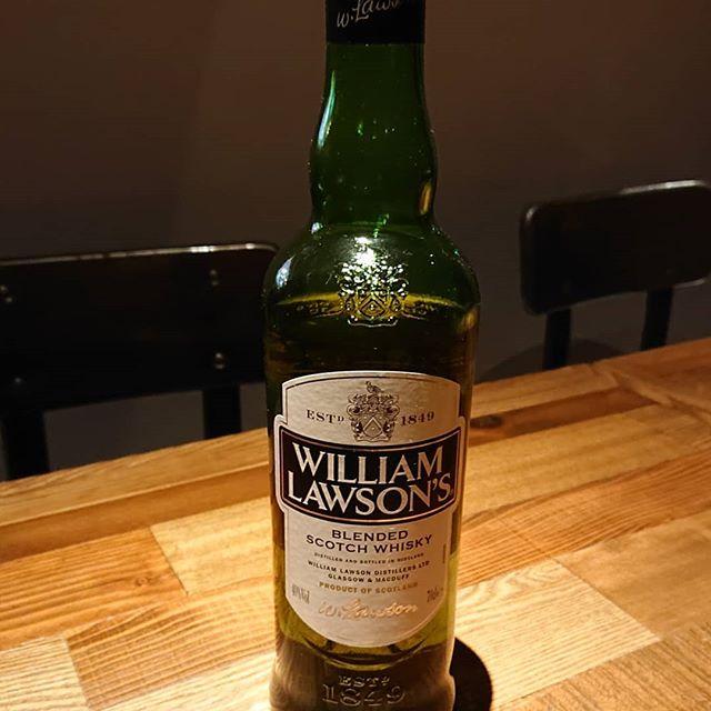 ウイリアムローソン。日本ではあまり馴染みの無いウイスキー。ブレンデッドスコッチ。スコッチのルールを破る!てなコンセプトみたい。確かにスモーキーな感じもなく、、、。でも、しっかりスコッチです。ストレートだとちょっとアルコール感が先行してきてちょっと荒々しいかな?その後にはしっかりフルーティーな風味も追いかけてくるので良くできてる。このウイスキー、ストレートやロックではなく、ハイボールにすると凄く甘くて飲みやすい。ハイボールオススメ #ネコンテ#萩原バー#萩原二次会#萩原女子会#ウイリアムローソン